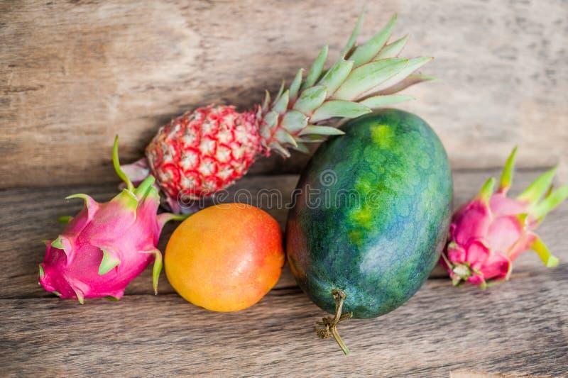 Melancia, manga, abacaxi, fruto do dragão no fundo de madeira velho imagem de stock