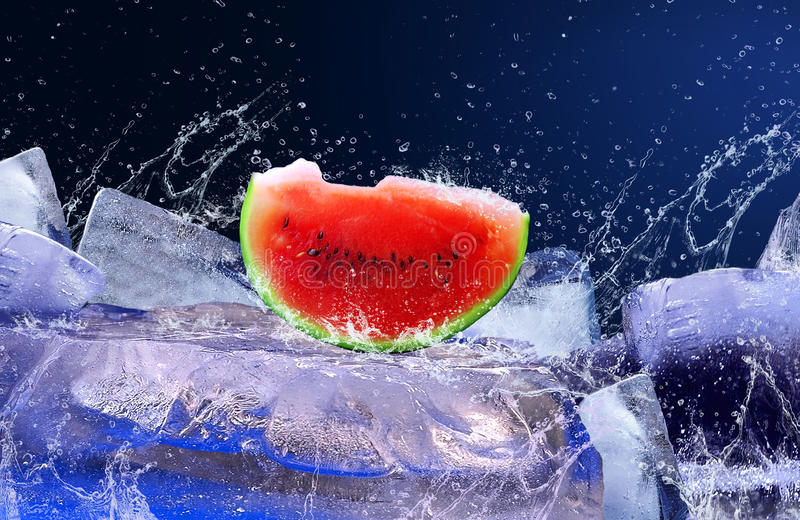 Melancia no gelo imagens de stock