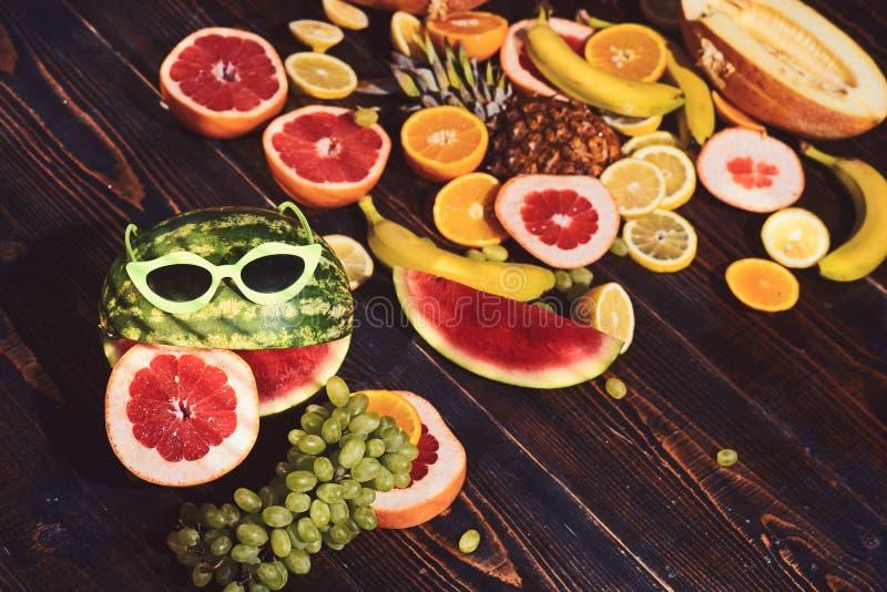 Melancia nos óculos de sol e no fruto no fundo cru Conceito criativo do alimento imagem de stock royalty free