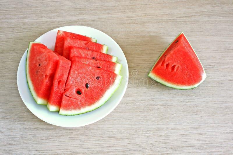 Melancia suculenta do fruto do alimento no fundo verde vermelho das sementes da placa fotografia de stock royalty free