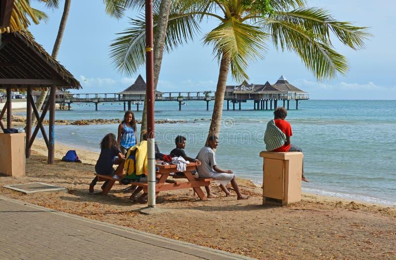 Melanesian folk som kopplar av på stranden i Noumea, Nya Kaledonien arkivbild