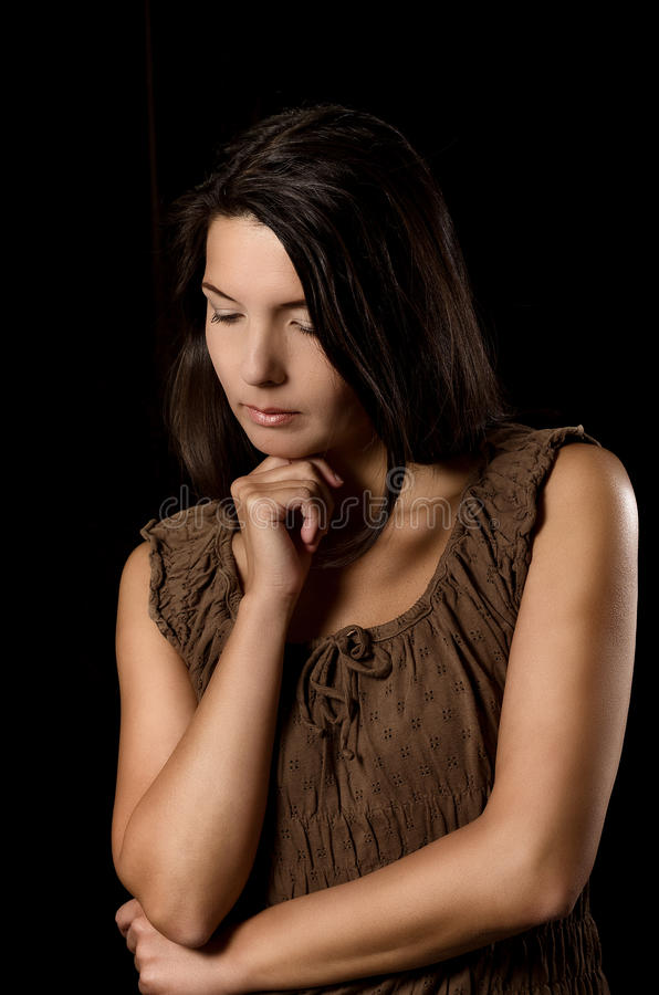 Melankolisk kvinna med ett allvarligt uttryck royaltyfri bild
