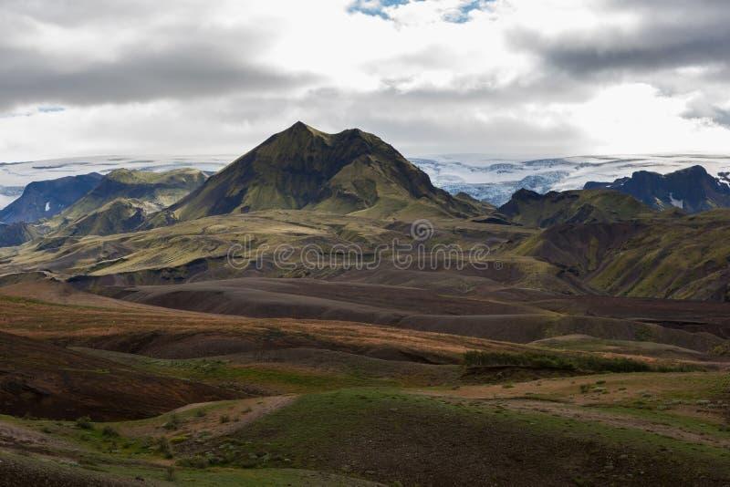 Melankoliskt Island landskap med den snöig glaciären på royaltyfri fotografi