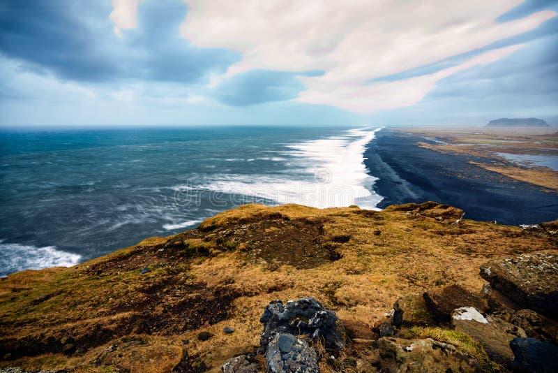 Melankoliskt lynne längs kusten av Island arkivfoton