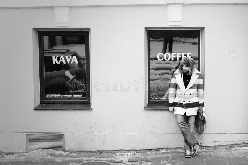 melankoliskt retro vänta för ensam kaffeman royaltyfri fotografi