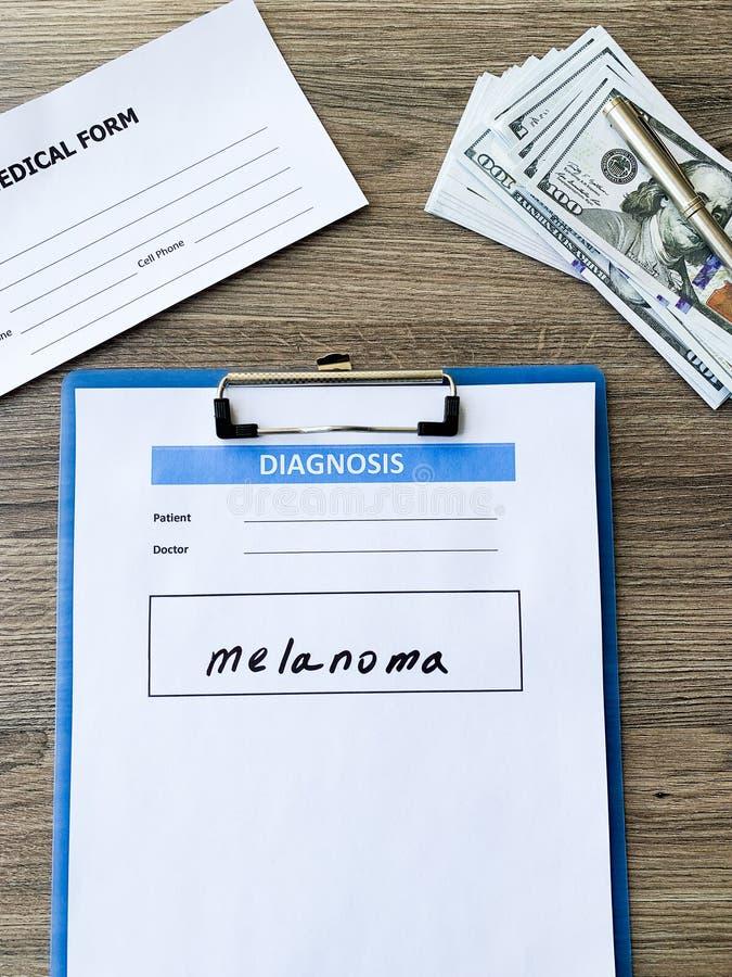 Melanoma do diagnóstico em um formulário médico na mesa do doutor foto de stock