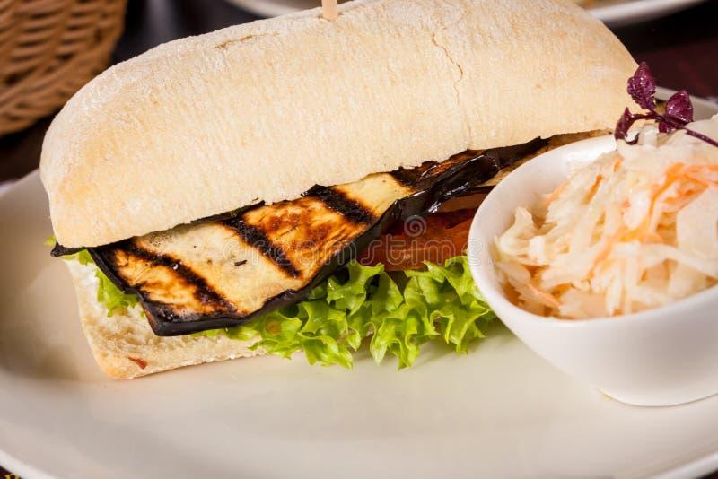 Melanzana arrostita dell'hamburger vegetariano delizioso del vegano fotografia stock