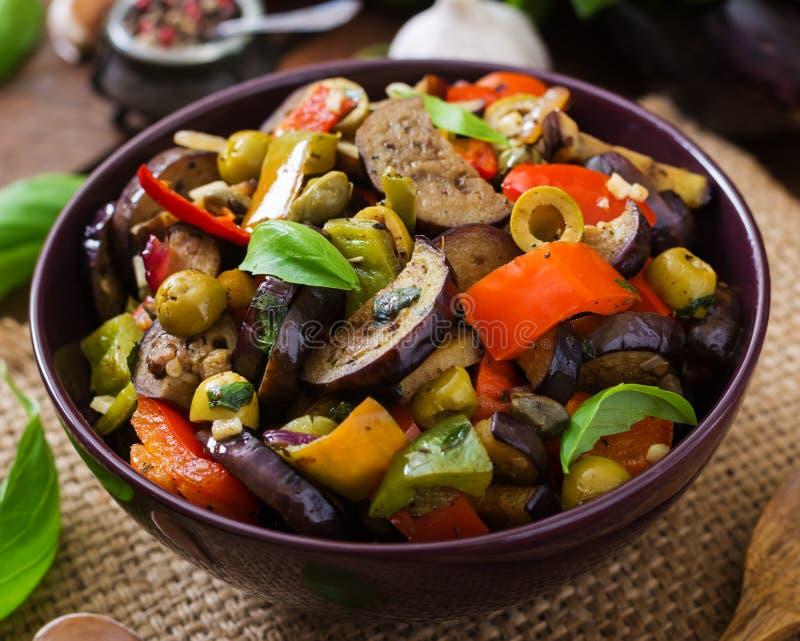 Melanzana piccante calda dello stufato, peperone dolce, olive e capperi fotografie stock libere da diritti