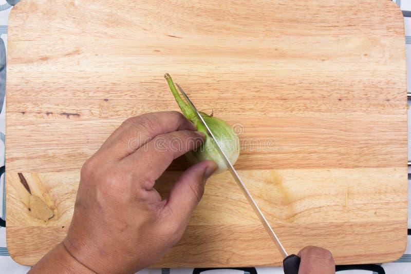 Melanzana tailandese del taglio manuale su vasto di legno fotografie stock libere da diritti