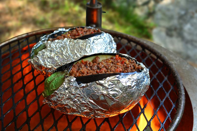 Melanzane arrostite farcite - una ricetta turca tradizionale pronta sulla griglia fotografie stock libere da diritti