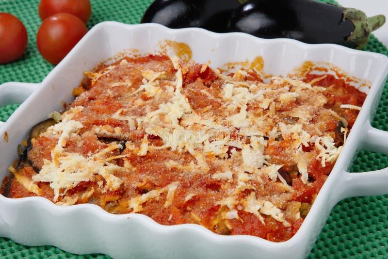 Melanzane cotte con il pomodoro ed il formaggio fotografia stock