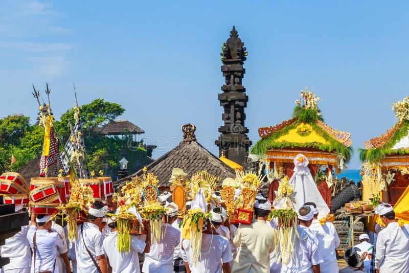 Melasti仪式在Nyepi -一巴厘语天前沈默进行 免版税图库摄影