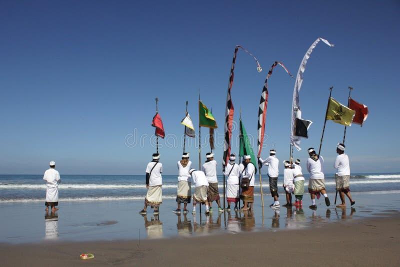 Melasti ceremoni på den Bali stranden arkivfoton