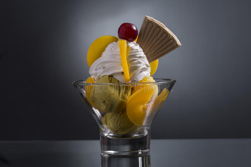 Melba de Peache décoré de la crème à fouetter photo stock