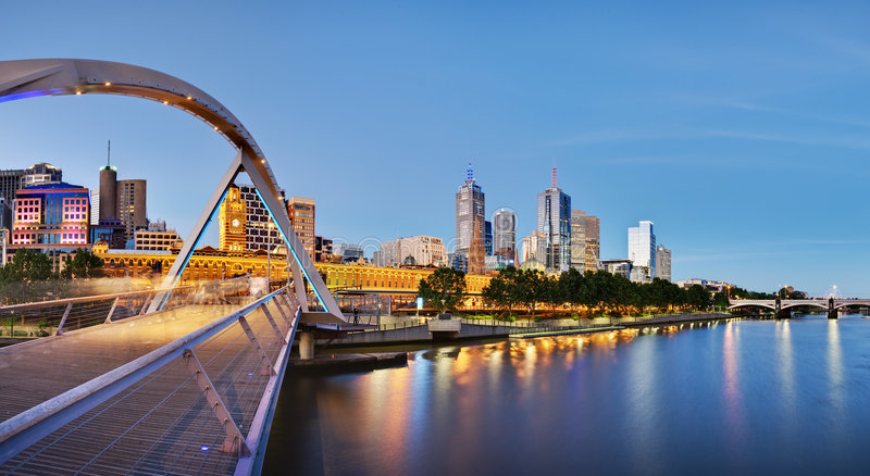 Melbourne al crepuscolo dal fiume di Yarra immagine stock libera da diritti