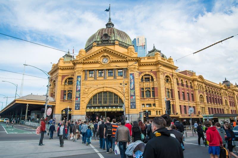 Melbourne, AUSTRÁLIA - 22 DE AGOSTO DE 2015: Estação da rua do Flinders o marco icônico de Melbourne, Austrália fotografia de stock