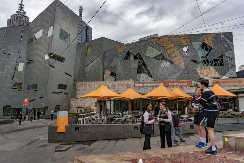 MELBOURNE, AUSTRÁLIA - 15 de agosto de 2017 - turista e estudantes na federação esquadra imagens de stock