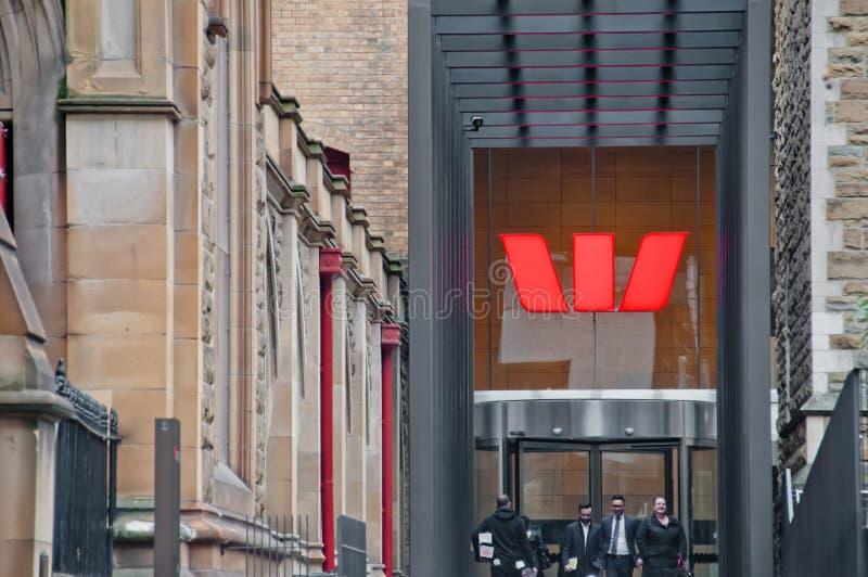 MELBOURNE, AUSTRÁLIA - 26 DE JULHO DE 2018: Empresários em frente ao banco Westpac, em Melbourne, Austrália fotografia de stock royalty free
