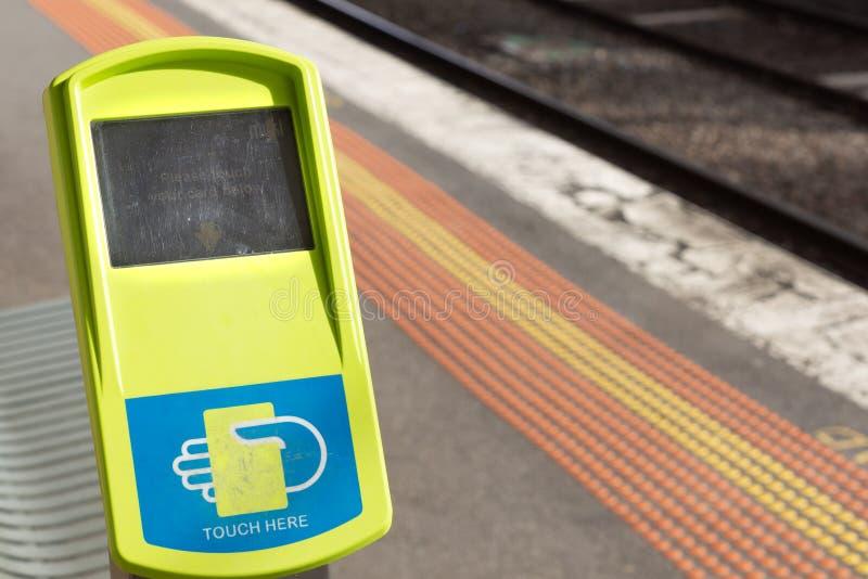 Melbourne, Austrália - 21 de maio de 2019: Leitor de cartão do assinante de Miki na plataforma do estação de caminhos de ferro fotos de stock
