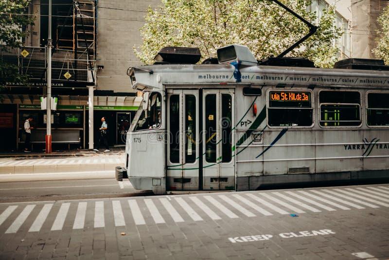 MELBOURNE, AUSTRÁLIA - 11 de março de 2017: Bonde cinzento que corre ao longo do centro de cidade em Melbourne, Austrália fotografia de stock royalty free