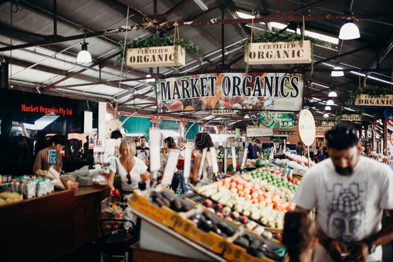 MELBOURNE, AUSTRÁLIA - março, 11 2017: Produtos orgânicos do mercado da rainha Victoria no centro de cidade de Melbourne, Austrál imagens de stock royalty free
