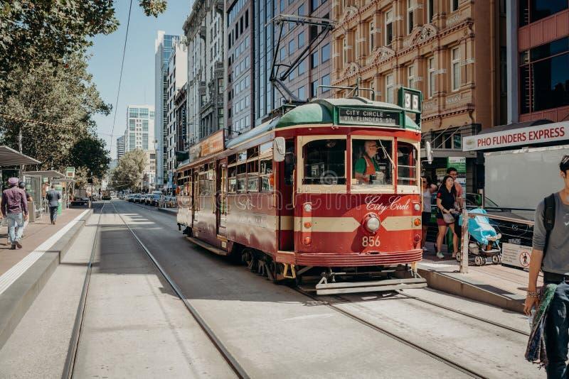 Melbourne, AUSTRÁLIA - março, 9 2017: Um bonde clássico que corre ao longo da rua do Flinders, o 9 de março de 2017 fotos de stock