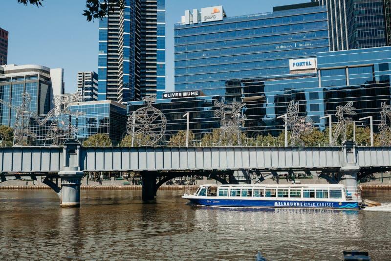 Melbourne, AUSTRÁLIA - março, 9 2017: Um cruzeiro da balsa que navega no subúrbio sul do cais pelo rio de Yarra ao longo de Melbo foto de stock
