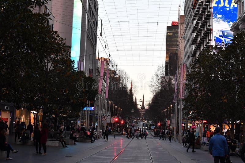 MELBOURNE, AUSTRÁLIA, o 16 de agosto de 2017 - as ruas de Melbourne traficam, local e turista no por do sol foto de stock