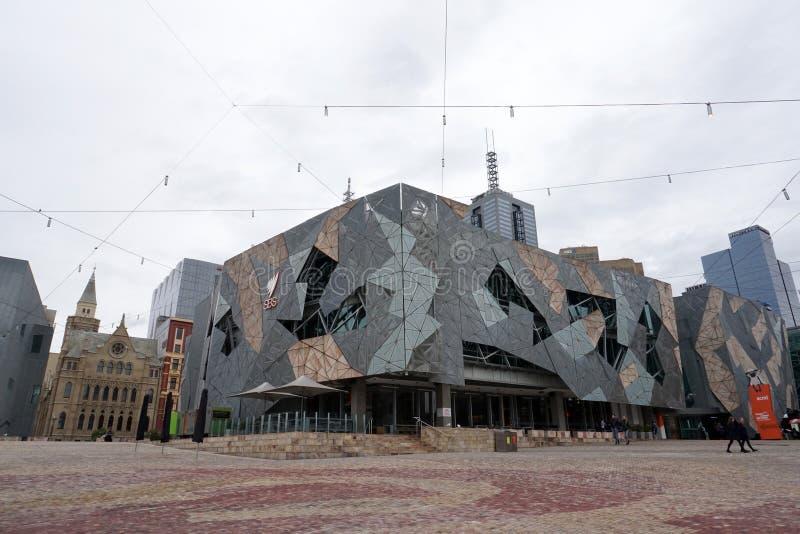 MELBOURNE, AUSTRÁLIA, o 16 de agosto de 2017 - o centro cultural em ruas de Melbourne trafica, local e turista e estudantes imagem de stock