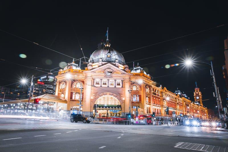 MELBOURNE, AUSTRÁLIA O Edifício Iconic da Estação de Flinders Street à Noite imagem de stock