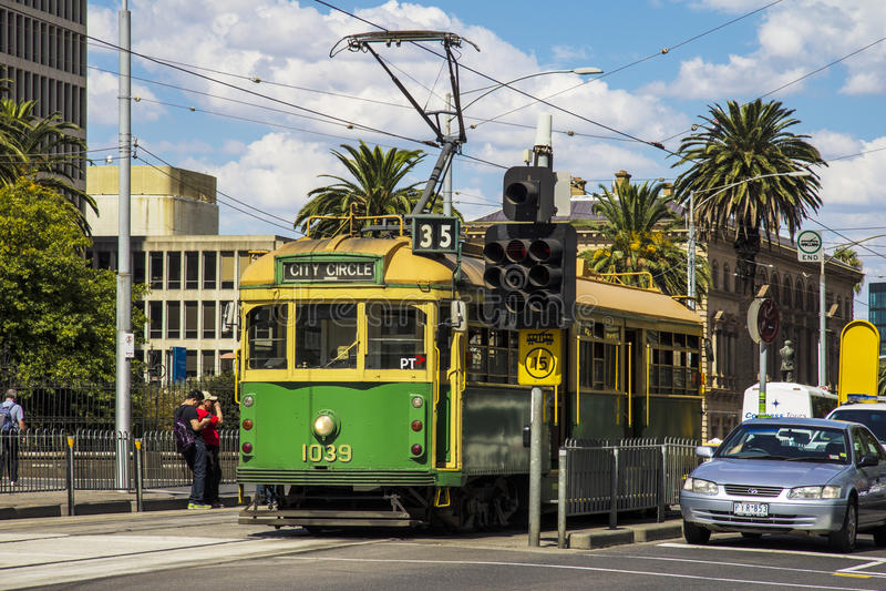 MELBOURNE, AUSTRALIË - BRENG TWINTIGSTE IN DE WAR: Een tram van de stadscirkel wacht bij s stock foto