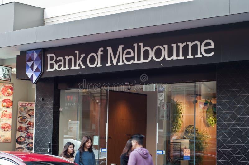 MELBOURNE, AUSTRALIË - JULI 26, 2018: De mensen lopen voor Bank van Melbourne in de stadstak van China in Melbourne Australië stock foto