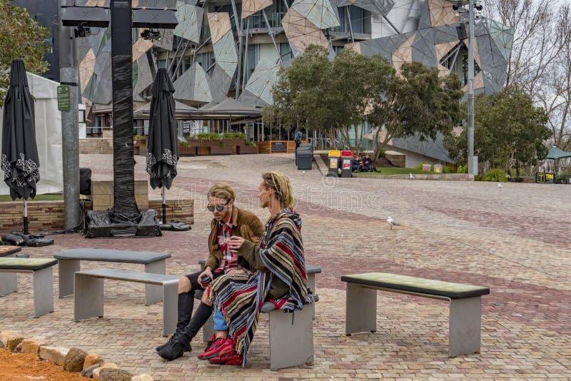 MELBOURNE, AUSTRALIA - 15 de agosto de 2017 - turista y los estudiantes en la federación ajusta imagen de archivo libre de regalías