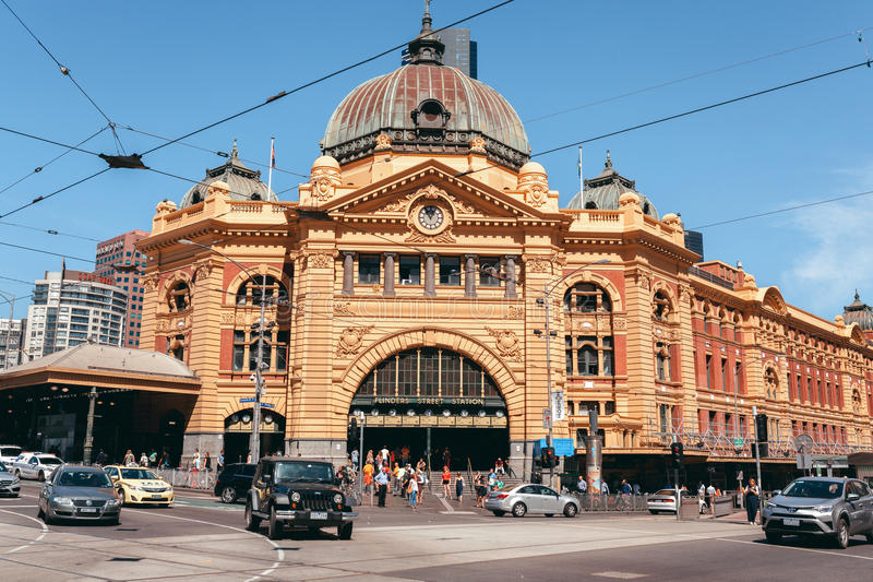 Melbourne, AUSTRALIA - 9 de marzo de 2017: Estación de la calle del Flinders, en el centro de ciudad de Melbourne, Australia imagen de archivo