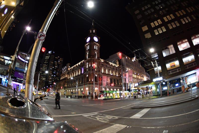 MELBOURNE, AUSTRALIA, el 16 de agosto de 2017 - las calles de Melbourne trafican, local y turístico en la noche fotografía de archivo libre de regalías