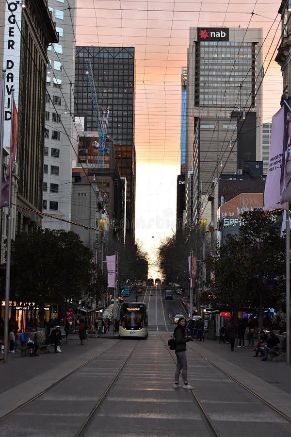 MELBOURNE, AUSTRALIA, el 16 de agosto de 2017 - las calles de Melbourne trafican, local y turístico en la puesta del sol fotografía de archivo libre de regalías
