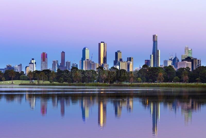Melbourne Australia linia horyzontu przeglądać od Albert Park jeziora przy Sunr zdjęcie royalty free