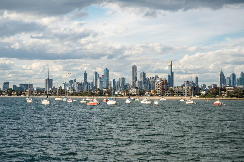 MELBOURNE, AUSTRALIA - 7 MARZO 2015: Vista della città di Melbourne dalla spiaggia di Kilda del san, Melbourne, Australia immagini stock