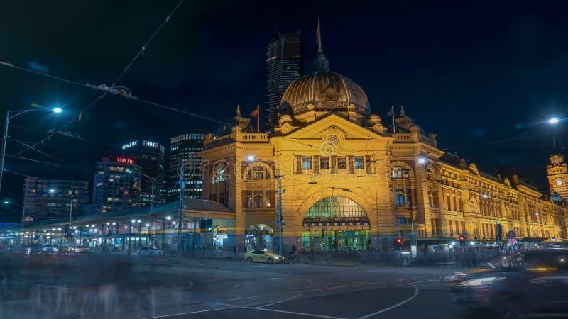 MELBOURNE, AUSTRALIA-NOVEMBER, 12, 2016: tiro largo de la exposición de la estación de la calle del flinders en la noche imagen de archivo libre de regalías