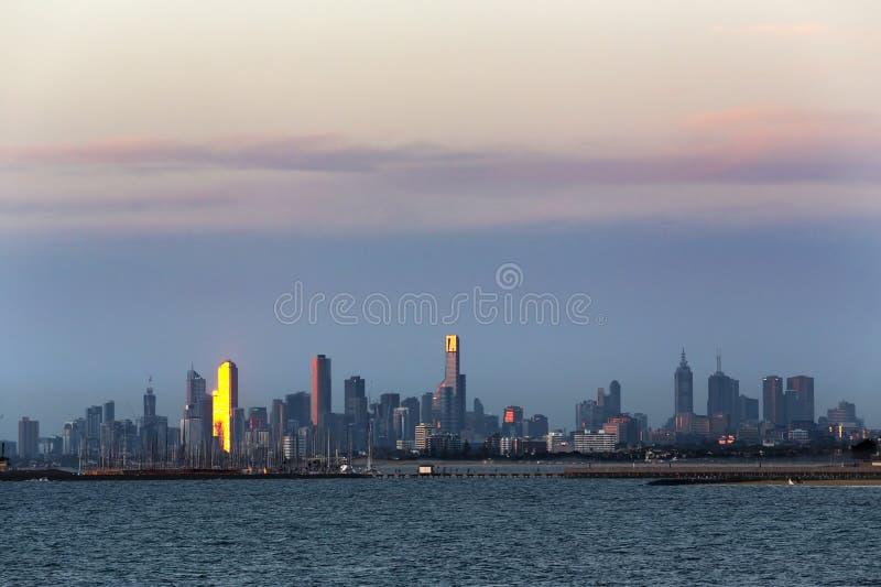 Melbourne Australia pejzaż miejski Widok nad wodą przy zmierzchem obraz stock