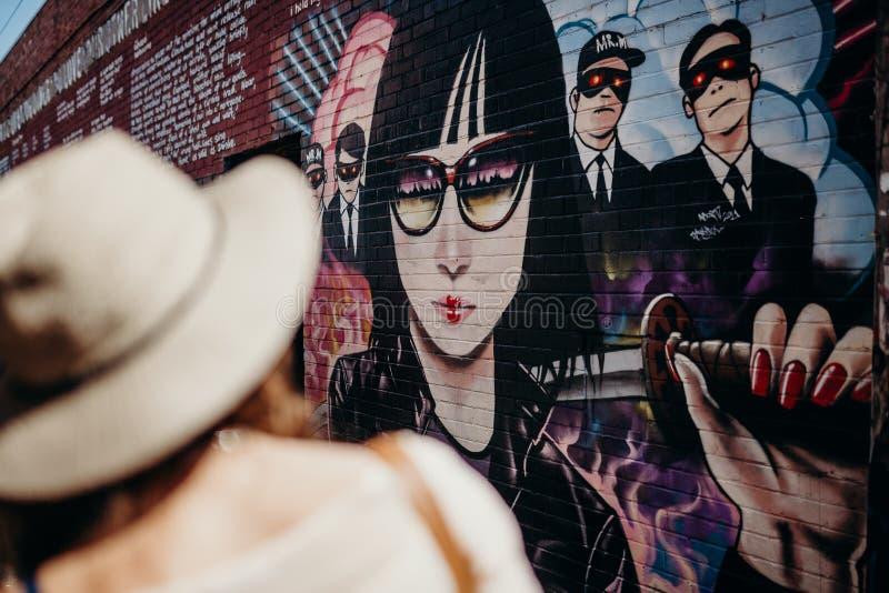 MELBOURNE, AUSTRALIE - 12 mars 2017 : Murs de observation de graffiti de femme à Melbourne, Australie images stock