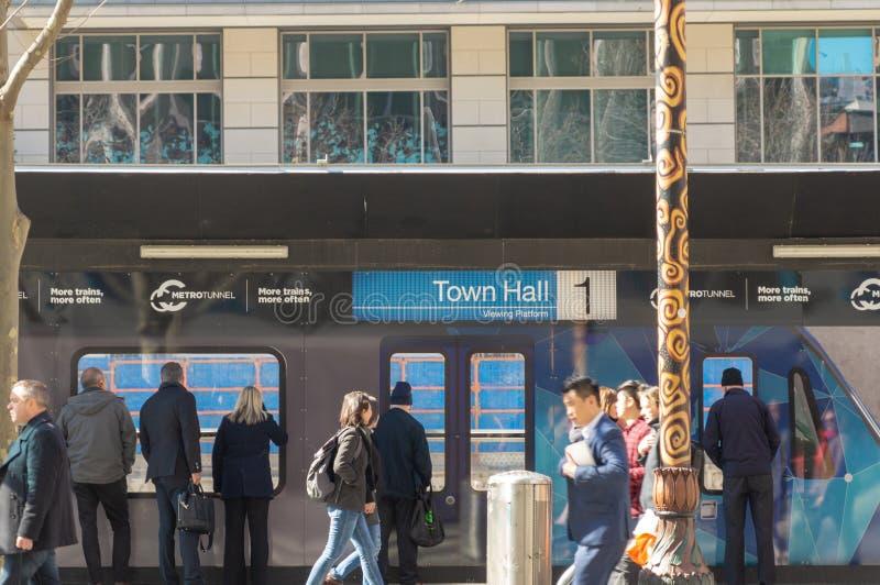 Melbourne, Australien - 29. August 2018: Betrachtungsplattform, die unten die Rathaus-StationsBaustelle untersucht lizenzfreies stockbild