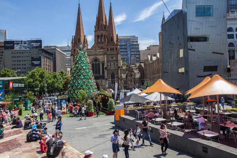 Melbourne Australien - December 16, 2017: Nästan jul på federationfyrkanten Folk som samlar runt om enorm härlig jul arkivfoton