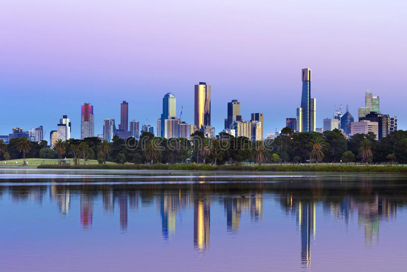 Melbourne Australien horisont som beskådas från Albert Park Lake på Sunr royaltyfri foto