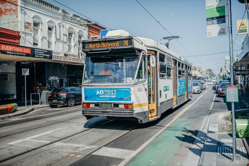 MELBOURNE AUSTRALIEN - mars 12, 2017: Spårvagn nummer 78, med det sista stoppet i norr Richmond som kör längs gatan i Melbourne,  arkivfoto