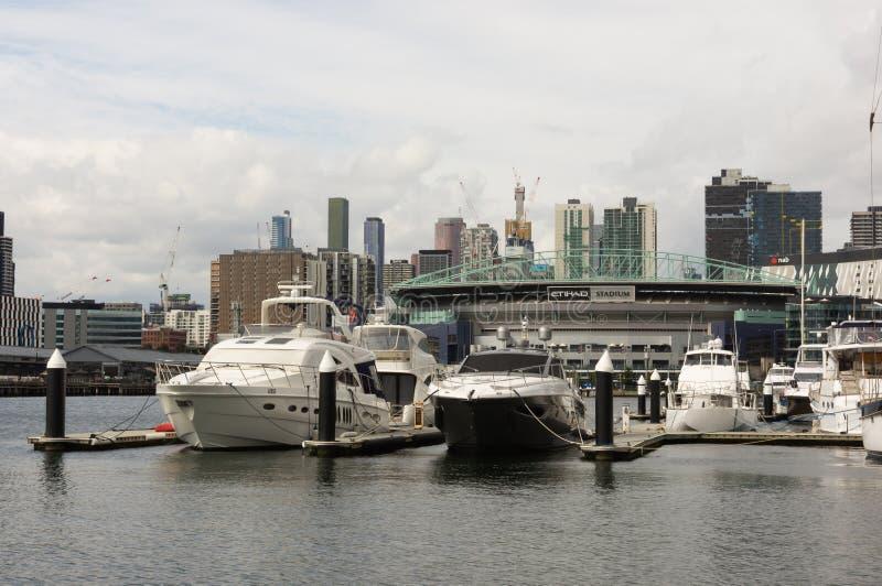 Melbourne, Australien - 25. September 2018: Ansicht von Etihad-Stadion über vom Yarra-Fluss lizenzfreie stockfotos