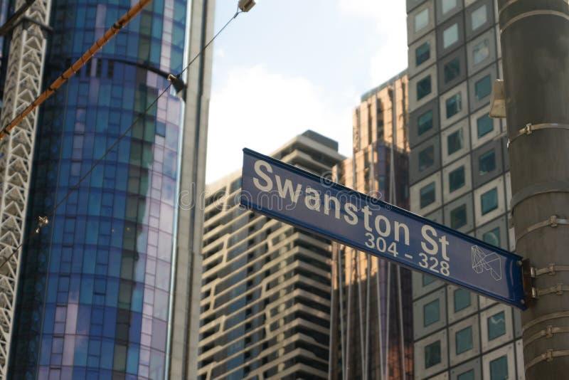 Melbourne, Australien - 21. September 2018: Straßenschild und Türme Swanston im Bau im Hintergrund lizenzfreie stockfotos