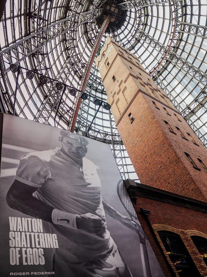 Melbourne centrali strzału wierza z ogromną reklamą Roger Federer fotografia stock
