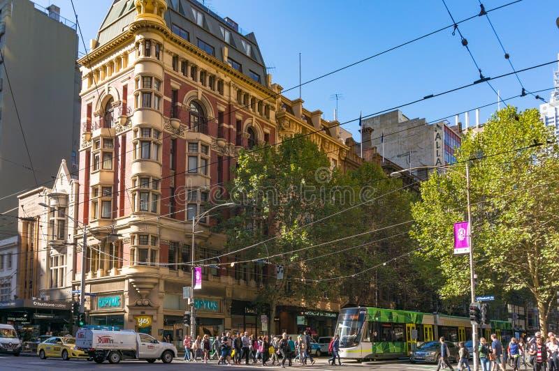 Melbourne citylife Ludzie krzyżuje Collins ulicę zdjęcia stock