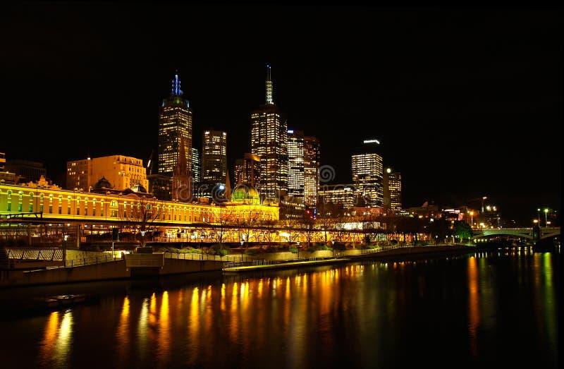Melbourne, estación del Flinders en la noche fotos de archivo